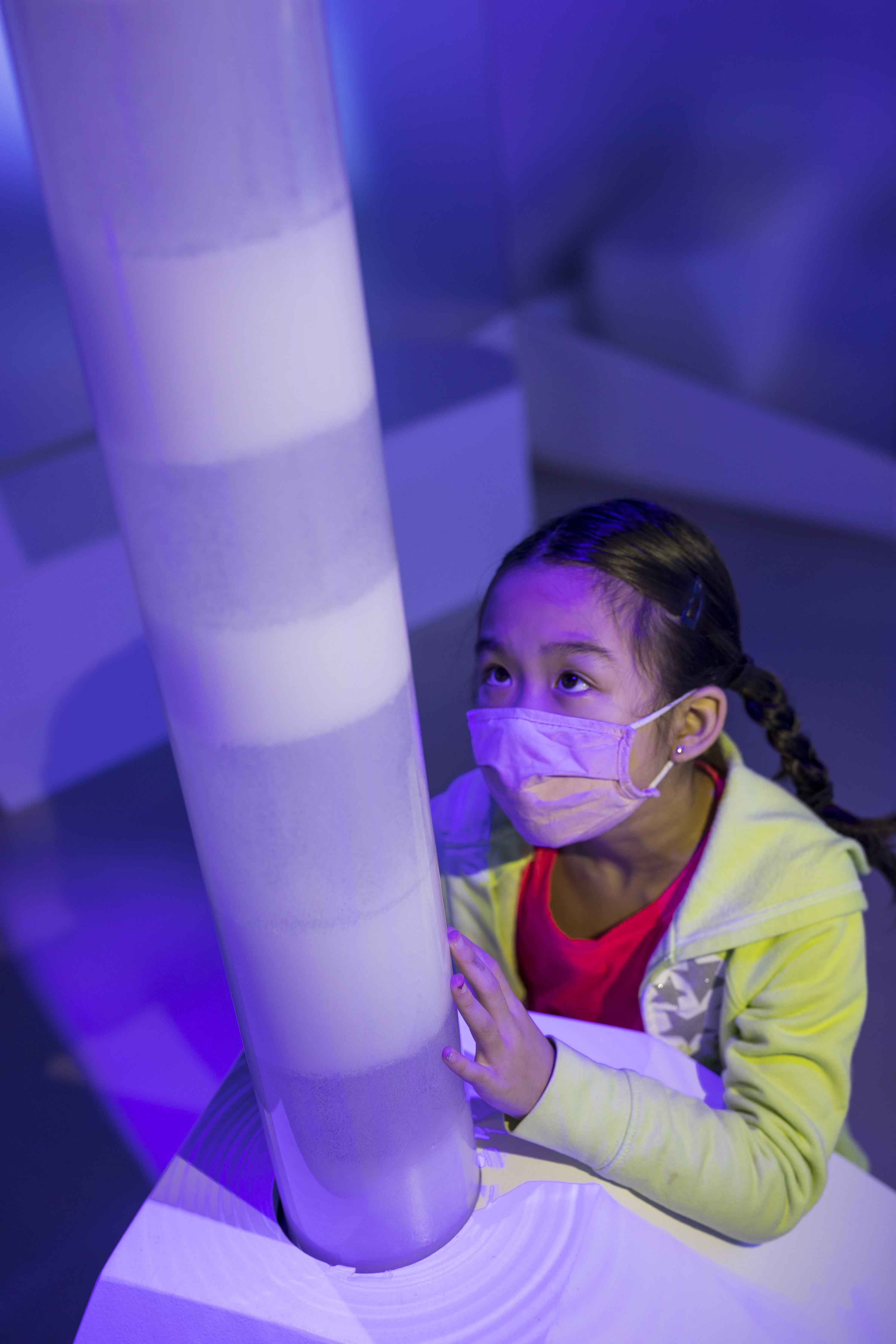 A child inspects a model of an ice core. (Credit: courtesy of © Nicolaus Czarnecki/Museum of Science)